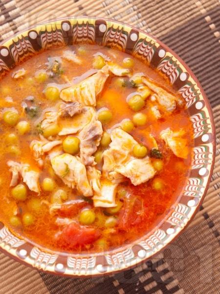 Вкусна грах яхния с пилешко месо, моркови, лук и домати - снимка на рецептата
